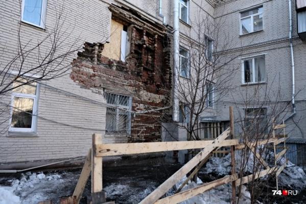 Управляйка допустила разрушение стены, а сейчас собирается в несколько раз поднять плату за обслуживание дома