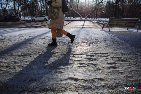 В Тюмени сначала было аномально тепло, а затем резко похолодало. Вся грязь и вода на улицах превратились в лед