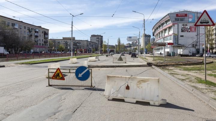 Мы их перехвалили: в Волгограде дорожники бросили разобранный переезд на 7-й Гвардейской