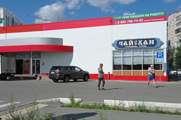 Магазин Spar на Овчинникова, 12: новые знаки превратили всю парковку вдоль правой части фасада в места для инвалидов