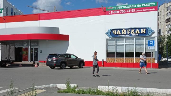 У челябинского супермаркета массово эвакуировали автомобили. Разбираемся, законно ли