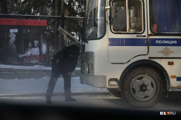 В Екатеринбурге силовики стягивают силы  к центру города