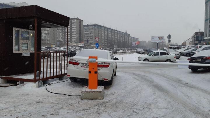 Поставили будку и требуют 2500 рублей. У ЖК «Московский квартал» бизнесмены ночью сделали парковку