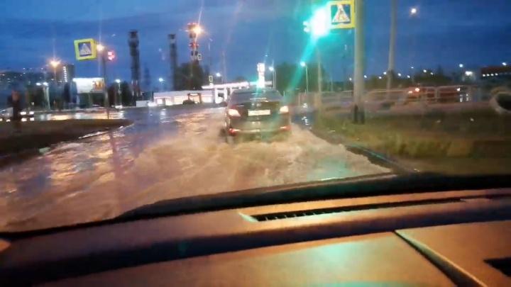 В Челябинске из-за коммунальной аварии затопило дорогу