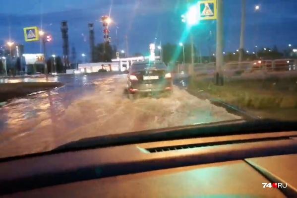 Дорога на Тополиной аллее превратилась в реку