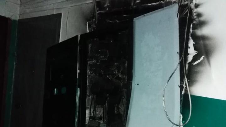 «Завернул ребенка в одеяло и бегом на улицу»: в Волгограде многоквартирный дом загорелся из-за дырявой крыши