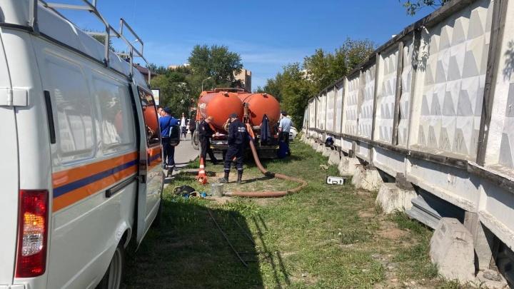Напротив «Гудвина» спасатели ищут труп в коллекторе