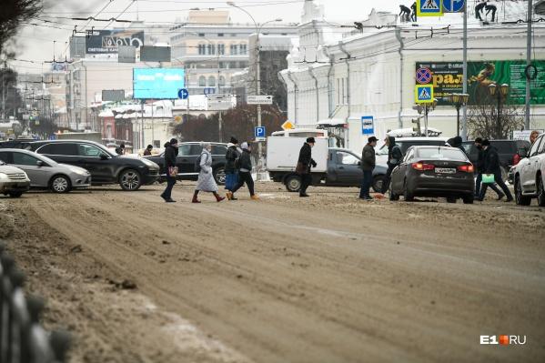 Грязь на дорогах за ночь превратится в лед
