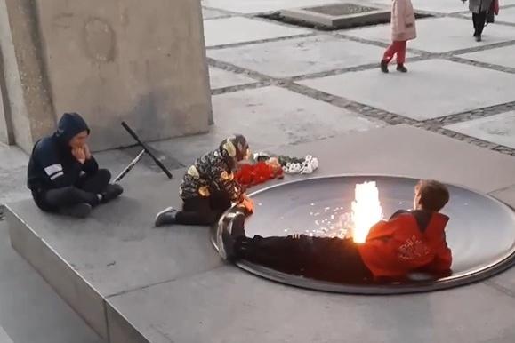Сколько заплатили ЧОПу, который пропустил инцидент с подростками на Монументе Славы? Контракт хотят расторгнуть