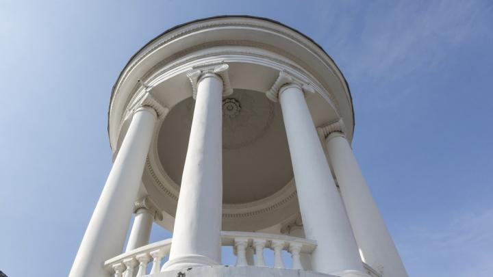 «Очистили и покрыли краской»: в Волгограде обновили рассыпающуюся после ремонта ротонду на набережной