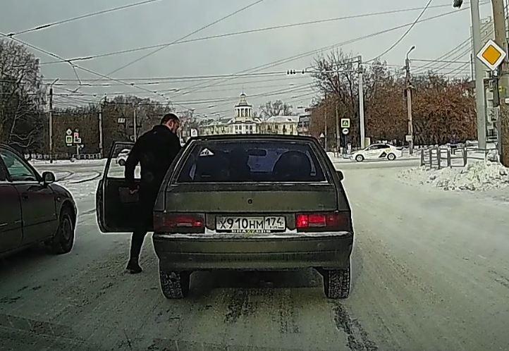 Маршрутчик замахивался, обозначая желание избить водителя Lada