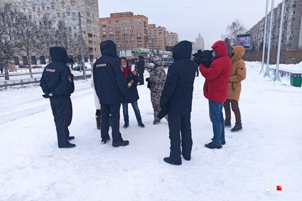 Сотрудники полиции объявляют собравшимся жителям города, что акция не согласована