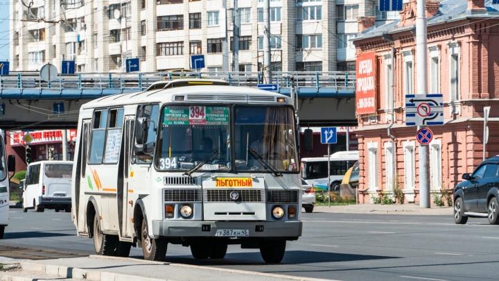 В Омске 33 автобуса поменяют схемы движения из-за Дня Победы. Показываем их на карте