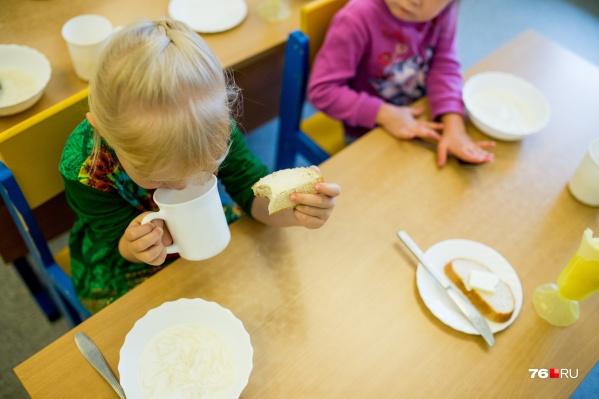 Власти решили, что детям удобнее будет съедать полдник и ужин за один раз