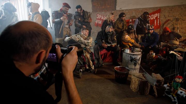 Спасаемся от радиоактивных мутантов и пляшем на советской свадьбе: новый фотопроект Александра «Ежа» Осипова