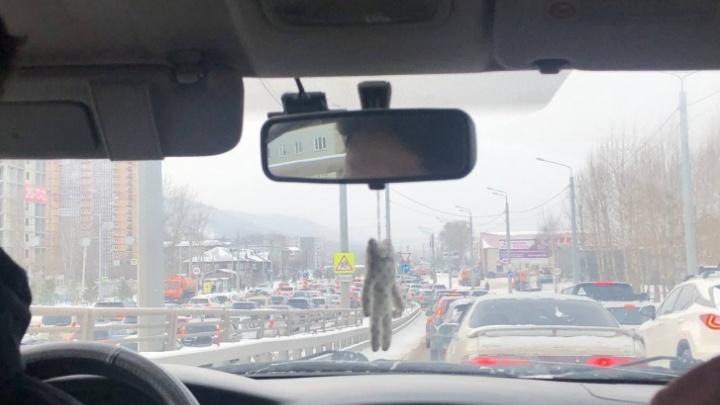 Авария с «перевертышем» и скользкие дороги: Красноярск сковали 9-балльные пробки