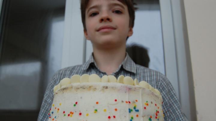 «Первый торт испек для мамы— понравилось»: пермский восьмиклассник делает десерты на заказ и мечтает стать кондитером