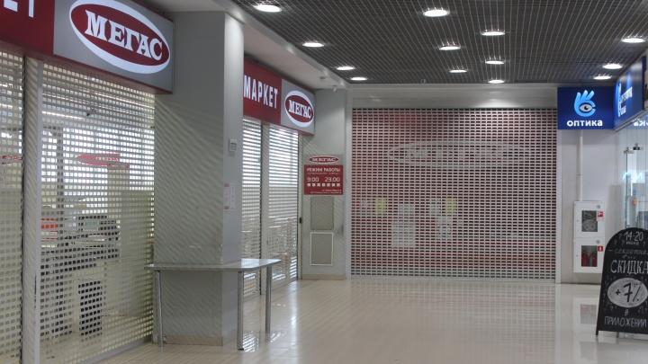 В Новосибирске начали закрываться магазины «Мегас» — посмотрите, что там осталось в последний день