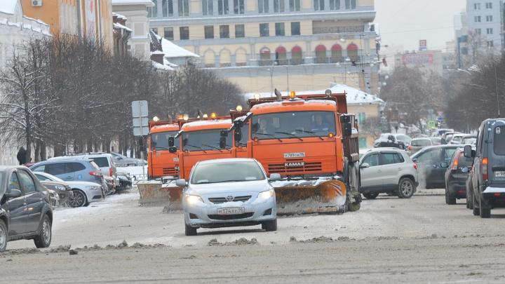 Что мешает чистить дороги в Екатеринбурге так же, как в Москве? Список проблем от вице-мэра
