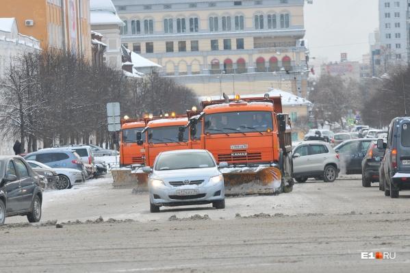 Днем убирать дороги в Екатеринбурге почти невозможно из-за трафика