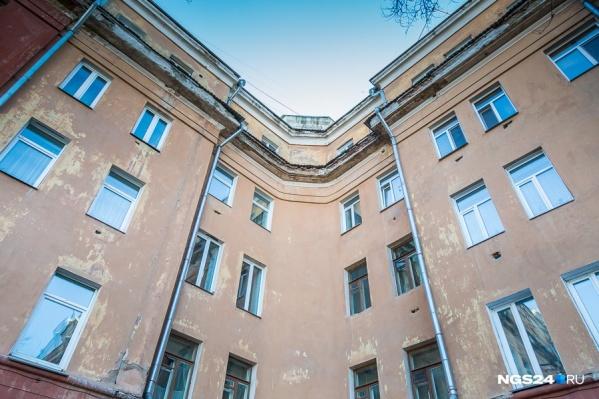 Плюсами «сталинок» называют звукоизоляцию и высокие потолки