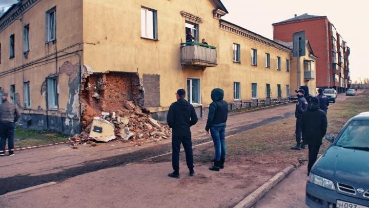 «Всё заделаем и будете жить дальше»: в Кузбассе обрушилась стена многоквартирного дома