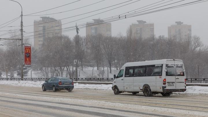 В Волгограде расчищают дороги от первого весеннего снега