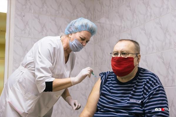 При иммунизации двухфазной вакциной иммунитет формируется через три недели после введения второго компонента