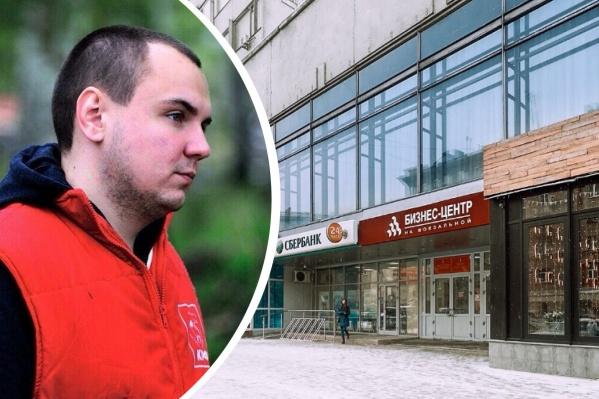 Новый руководитель комитета по рекламе в мэрии Новосибирска уверен: сотрудники соседнего помещения курят на работе и мешают этим соседям
