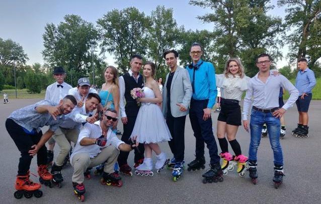 В Красноярске молодожены устроили свадьбу на роликах