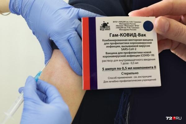 Тысячи тюменцев уже привились от коронавируса