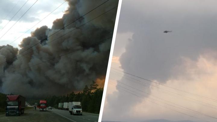 Деревья в огне, вся трасса в дыму: публикуем видео пожара на Волчихе, снятое с борта вертолета