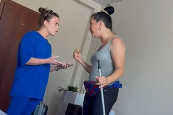 В Анапе владелица отеля обматерила туристов после жалобы на грязь и сказала, что платит за проверки