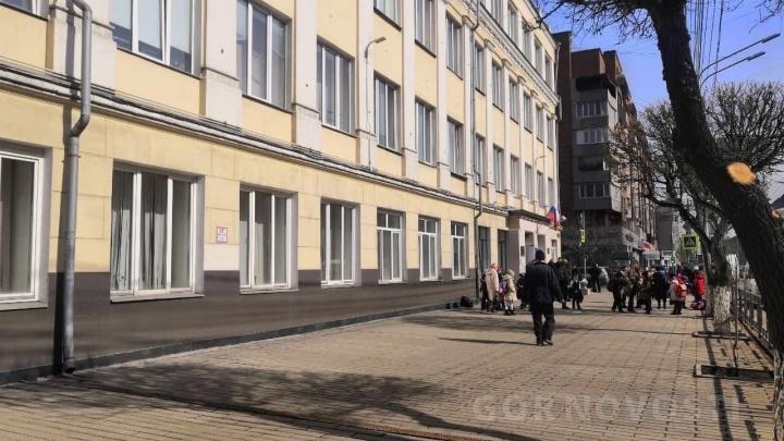 В Красноярске эвакуируют школы из-за массовых сообщений о минированиях