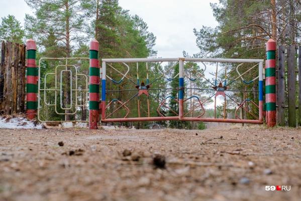 Эти ворота ведут в заброшенный лагерь «Салют»