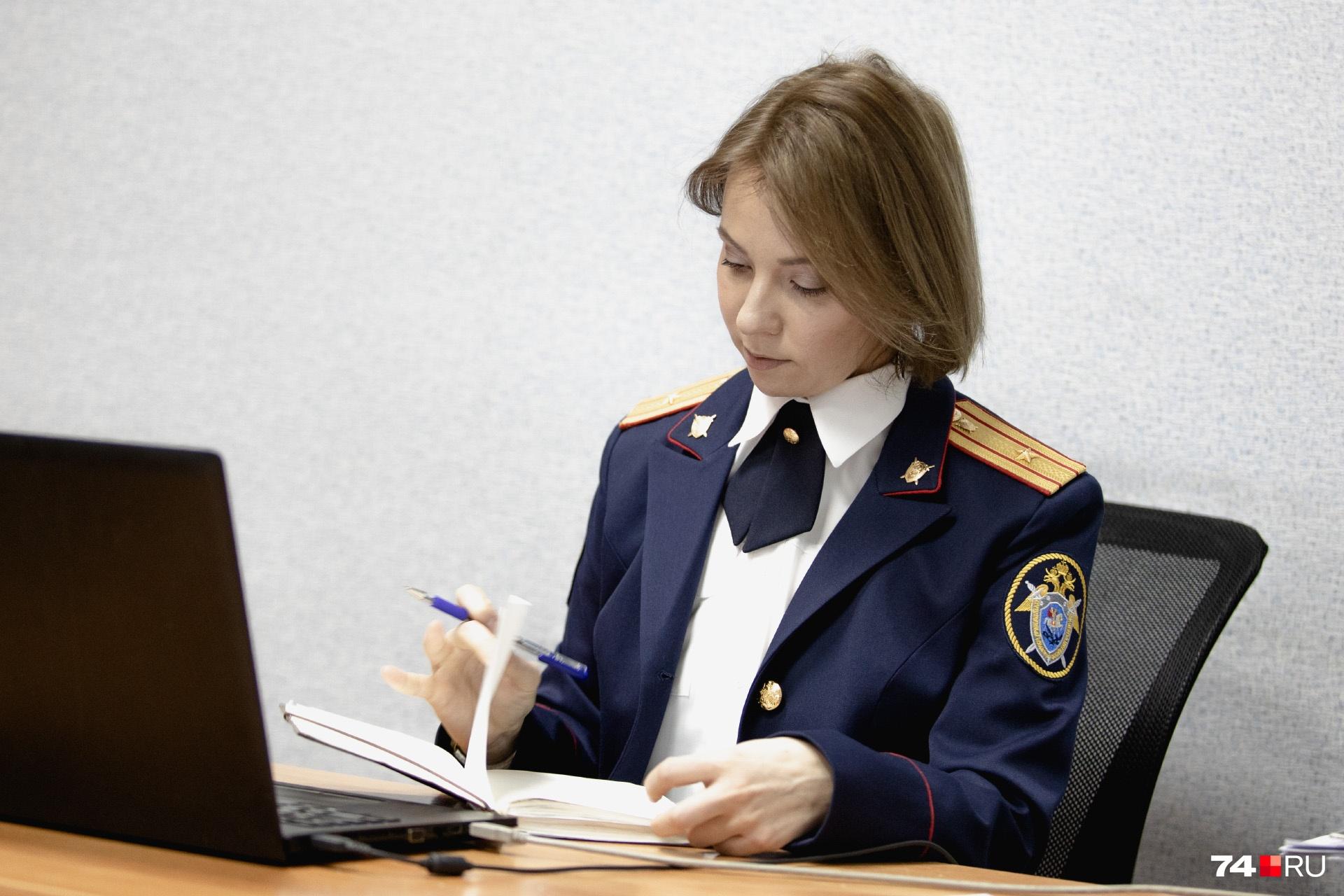 У Ксении Михайловой стаж работы в следственных органах 17 лет. Сегодня она в парадной форме — праздник же