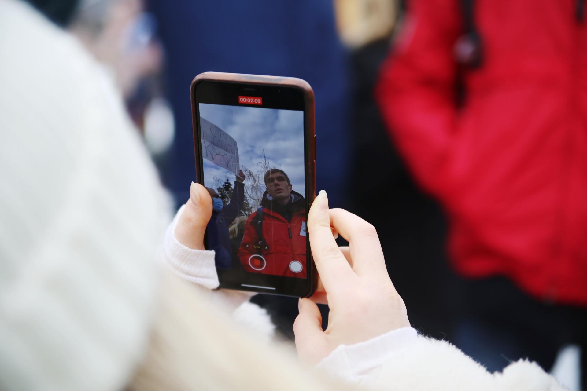 Выступление депутата активно снимали другие участники акции