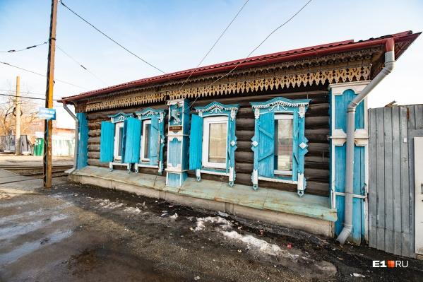 Дом располагается буквально в метре от трамвайной линии