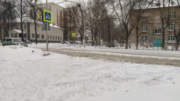 Почти ЧП: в Уфу запретили въезжать машинам, а в городе наступил настоящий снежный коллапс