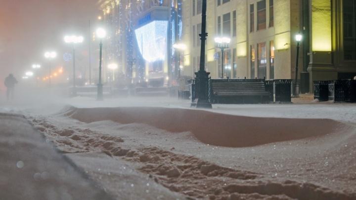 У природы нет плохой погоды: подборка красивых кадров с заметенных снегом улиц Екатеринбурга