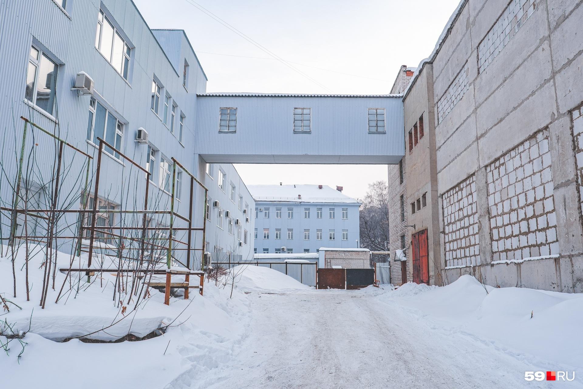 Здание смыкается с корпусом научного института переходом