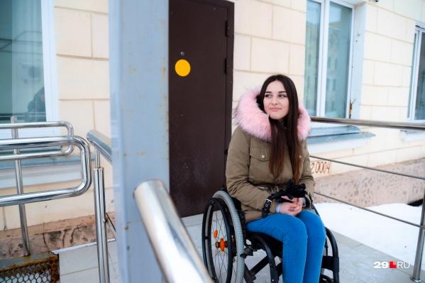 Есения живет в общежитии, в ее комнату на первом этаже сделали отдельный вход с пандусом. В погоду, когда на улице снежная каша, девушка не рискует выбираться на прогулки