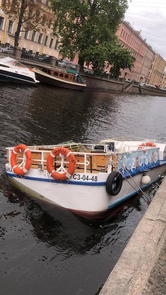 Вода журчит, кораблик тонет. В канале…
