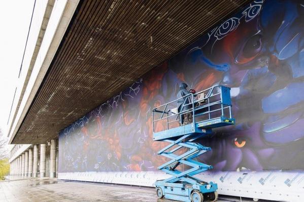Купалян учился в Нижегородском художественном училище, а сейчас создает мурал на фасаде Новой Третьяковки