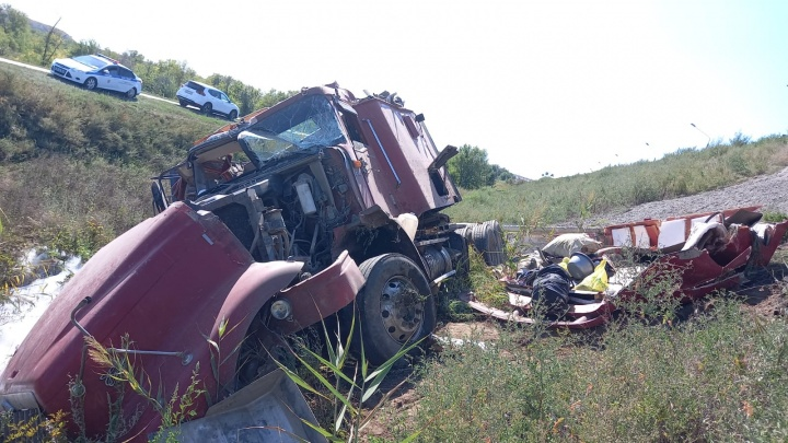 Ищите женщину: на трассе под Волгоградом опрокинулся грузовик