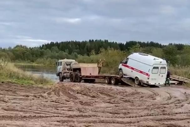 В Верхней Тойме машина скорой помощи добирается до пациента на грузовике — так размыты дороги