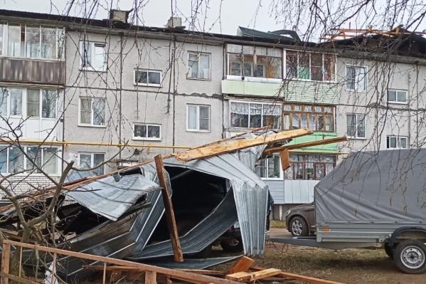 Крыша дома приземлилась прямо на машину