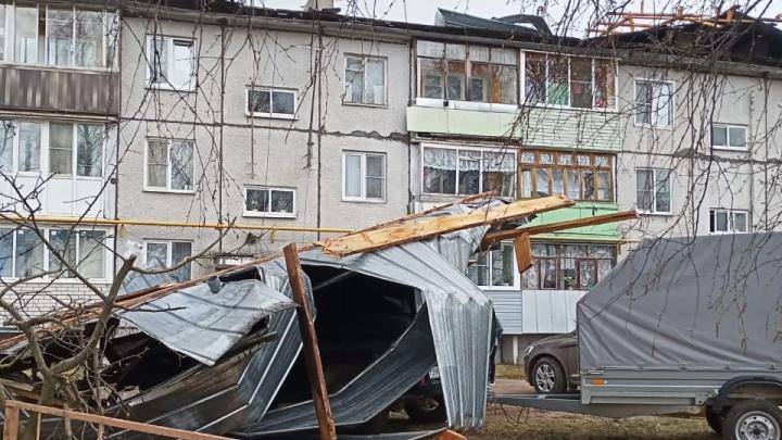 В Ярославской области ветром сорвало крышу жилого дома. И накрыло машину