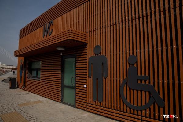 Пространство на левом берегу Туры открыли для прогулок еще в апреле, но общественные туалеты здесь не работают до сих пор