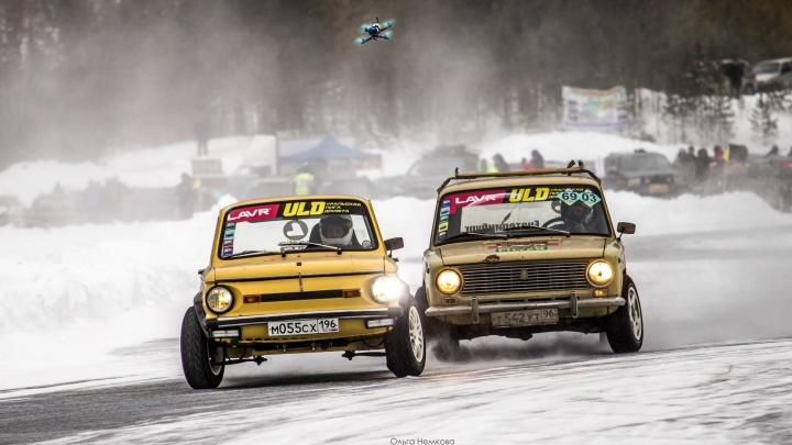 От «Запорожца» до Mitsubishi: на Урале устроили экстремальные гонки на ледовом автодроме